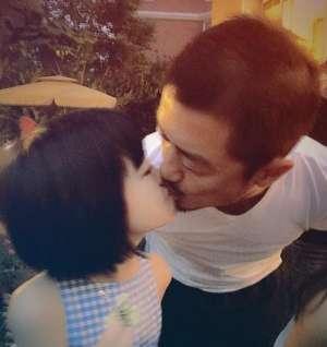 李亚鹏 胡军 黄磊都喜欢和女儿玩对嘴亲吻资讯生活