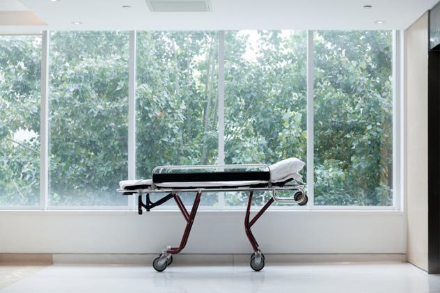 在医院走廊的轮床上待的时间最长的人图