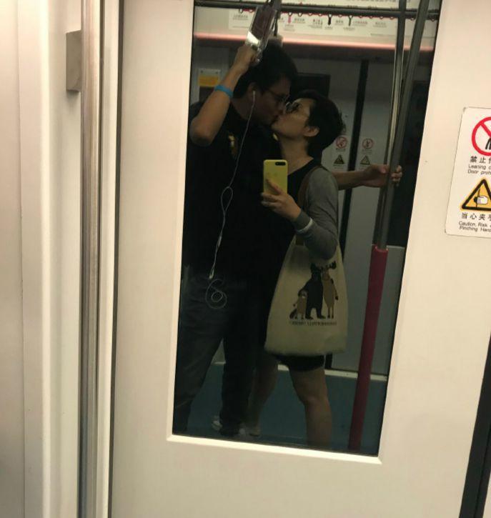 在地铁与老公热吻被骂不知检点袁立生气回怼关你们什么事
